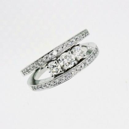 ebeee59a212 Bague avec trois diamants au centre et double anneaux avec diamants ...