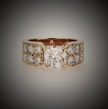 Bague or jaune, au centre un diamant et en épaulement pavage de diamants, bijoutier, joaillier, Rey-Coquais Lyon